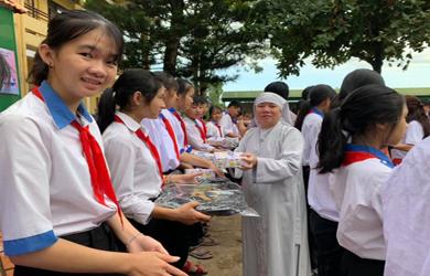 Krông Pắk: Chùa Phước Bổn trao quà năm học mới cho học sinh