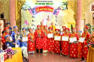 Ban Hộ trì Tam Bảo Tịnh xá Ngọc Quang Mừng thọ cho các Phật tử cao niên.