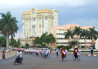 TP. Buôn Ma Thuột Diễu hành xe đạp Hoa mừng Phật đản