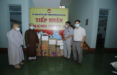 Phật giáo huyện Ea H'Leo quyên góp ủng hộ người dân trong khu cách ly tập trung do dịch COVID–19 trên địa bàn huyện.