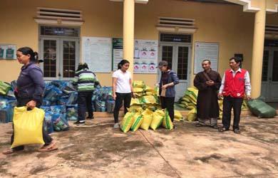 Phật giáo huyện Easup cứu trợ đồng bào bị thiên tai lũ lụt.