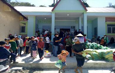 Đoàn từ thiện Chùa Phổ Hiền TP Hồ Chí Minh tặng quà hộ nghèo Buôn YangReh, Buôn Cuăh – Huyện Krông Bông