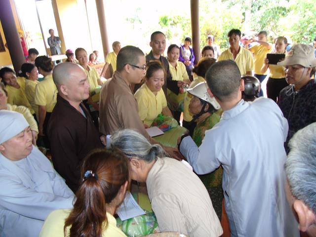 Ban Từ Thiện Phật giáo Buôn Ma Thuột Tặng Quà Ở Buôn Cuôr Kăp Xã Hòa Thắng TP. Buôn Ma Thuột