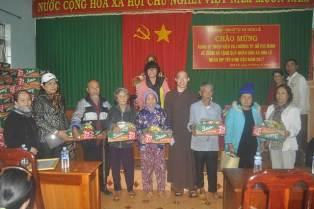 Đoàn Từ thiện Hiểu & Thương TP Hồ Chí Minh tặng quà nhân dân xã Hoà Lễ nhân dịp tết Đinh Dậu 2017
