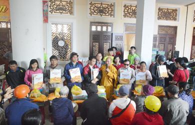 Tịnh xá Ngọc Quang và Bệnh viện Mắt Tây Nguyên Tặng quà Tết cho những gia đình khó khăn, người tàn tật, đồng bào Phật tử dân tộc.
