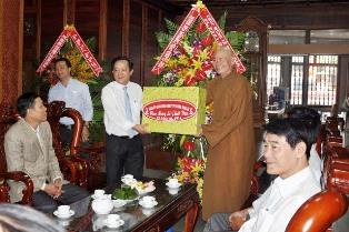 Lãnh đạo tỉnh Đăk Lăk thăm Ban Trị sự GHPGVN tỉnh và các cơ sở Phật giáo nhân Đại lễ Phật đản – PL. 2561 – DL, 2017.