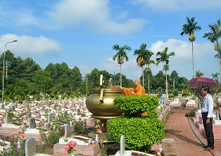 Dâng hương Nghĩa trang Liệt sĩ tỉnh nhân mùa Phật Đản PL.2561-DL.2017.