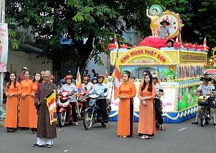 Diễu hành xe hoa mừng Phật đản PL. 2561-2017 tại TP Buôn Ma Thuột.