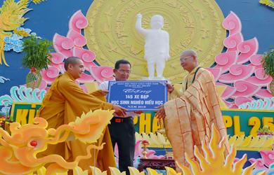 Phật giáo TP. Buôn Ma Thuột tặng nhà tình thương và 145 chiếc xe đạp.