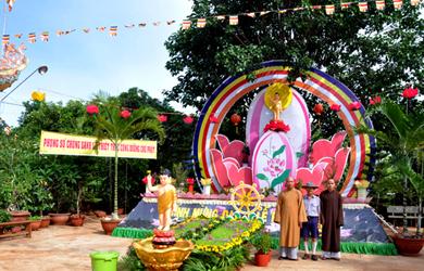 Thường trực BTS huyện Krông Năng thăm lễ đài Phật đản