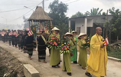 Rước tượng Phật Đản sinh về khắp buôn làng Tây Nguyên
