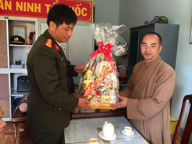 Ban Trị sự Phật giáo huyện EaKar thăm chúc tết các cơ quan huyện