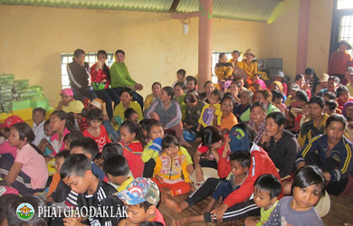 Huyện EaHleo: Tặng quà cho các cháu thiếu nhi tại buôn Hiao 2, xã Eahiao