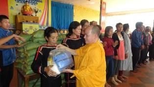 Tịnh xá Ngọc Quang đón tết bà con nghèo tại huyện Cư Mgar