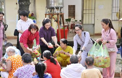 Đắk Lắk: Tặng quà tại trung tâm xã hội tỉnh