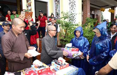Chùa Sắc Tứ Khải Đoan tặng quà cứu trợ lũ lụt các tỉnh: Quảng Ngãi, Quảng Nam, Huế, Quảng Trị