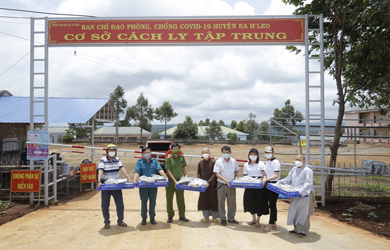 Phật giáo Ea H'Leo hỗ trợ suất ăn cho đồng bào khu cách ly của huyện.