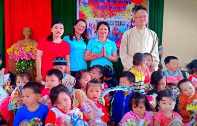 Ea H'Leo: Phát quà trung thu tại trường mẫu giáo Tuổi Ngọc xã Cư Amung.
