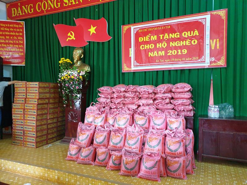 Chùa Hoa Nghiêm tặng quà Tết yêu thương cho bà con nghèo xã Ea Tar