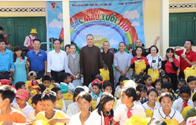 Đắk Lắk: Ban HDPT tỉnh tặng quà ngày Thiếu nhi 1/6
