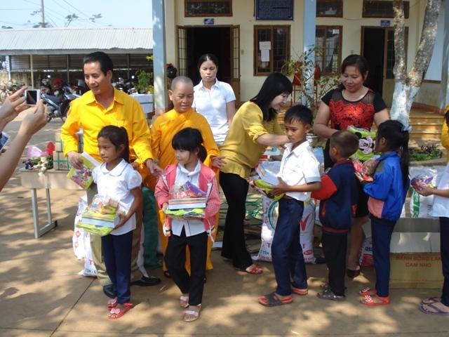Ban Từ Thiện Phật Giáo Tỉnh DakLak cùng Phật Tử trong ban đến Phát quà cho học sinh nghèo Tại Trường Lê Lợi xã EaNa Huyện KRông ANa