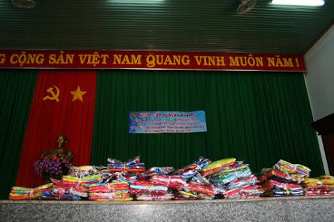 Nhóm thiện nguyện BrisBane Minh Tâm trao 200 phần quà cho hộ nghèo và  học sinh nghèo hiếu học