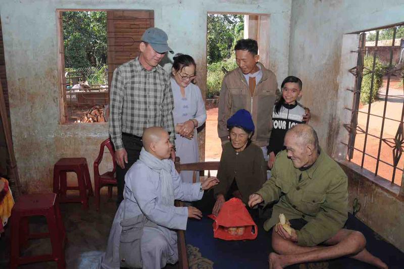 """Nhóm """"Kết Nối Yêu Thương"""" trao 65 suất quà cho hộ gia đình khó khăn vui xuân đón tết"""