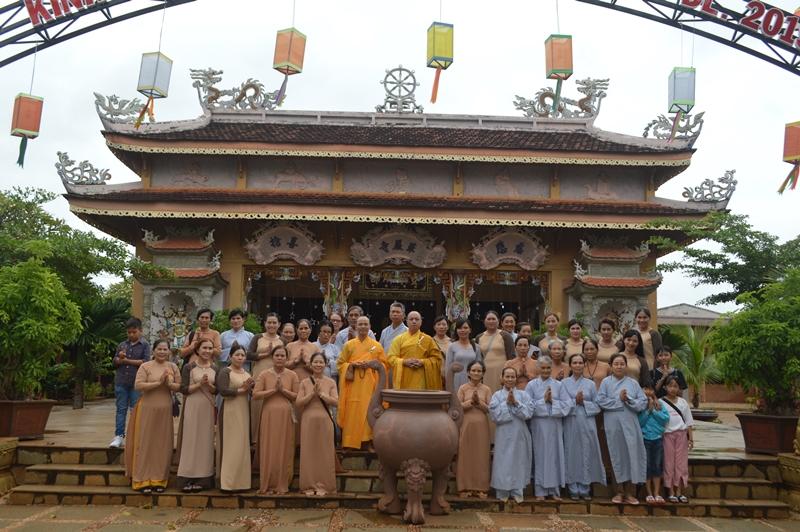 Phật tử chùa Linh Phong, thị trấn EaPok cúng dường Trai tăng