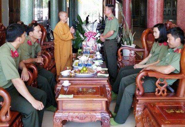 Đoàn Công an huyện Eakar về thăm nhân ngày Phật Đản