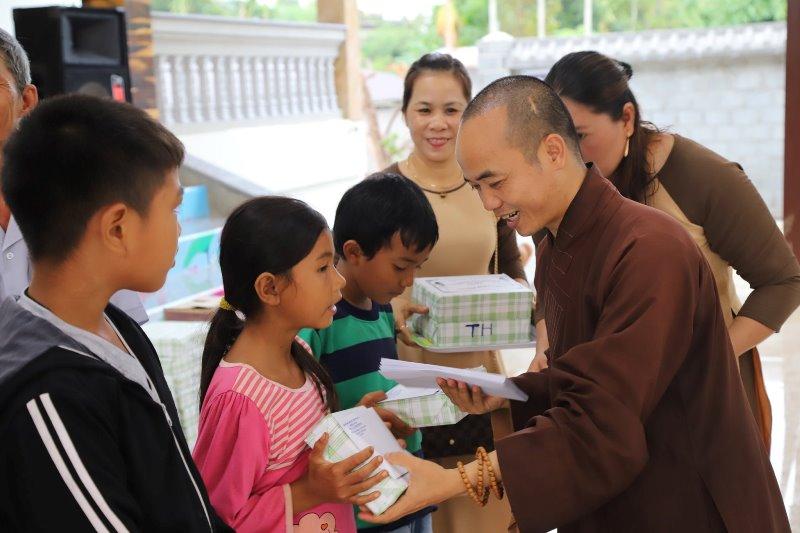 Lễ phát thưởng học sinh giỏi và học sinh nghèo vượt khó tại chùa Linh Phong huyện CưMgar.