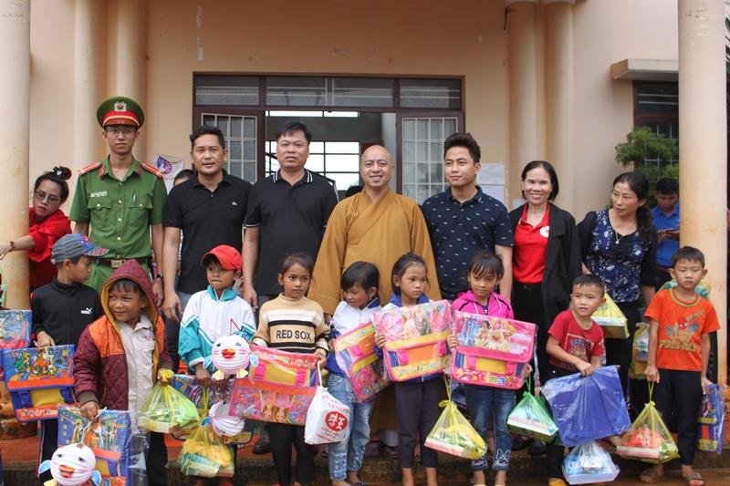 Chương trình phát quà từ thiện tại xã Ea Kuêh, huyện CưMgar