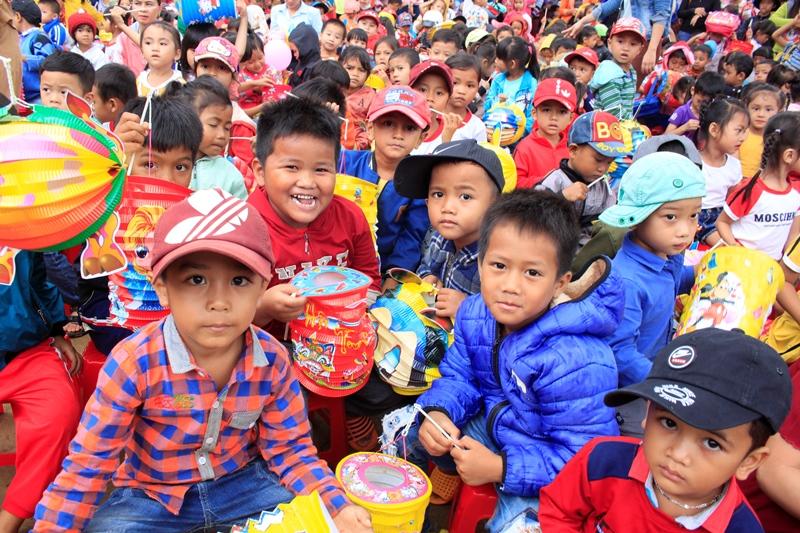 Phát gần 1000 phần quà đến các em thiếu nhi tại huyện CưMgar
