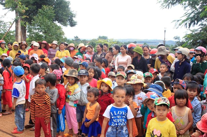 CưMgar: Hơn 1000 phần quà từ thiện, khuyến học sẻ chia nghĩa tình.
