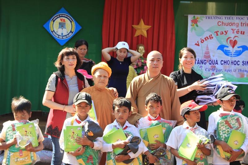 Trao 320 phần quà từ thiện tại trường tiểu học Tô Hiệu, xã Cưmgar