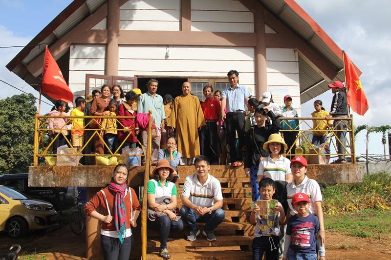 Tặng quà cho 60 bà con nghèo ở buôn Sút và buôn Mấp, thị trấn Ea Pok