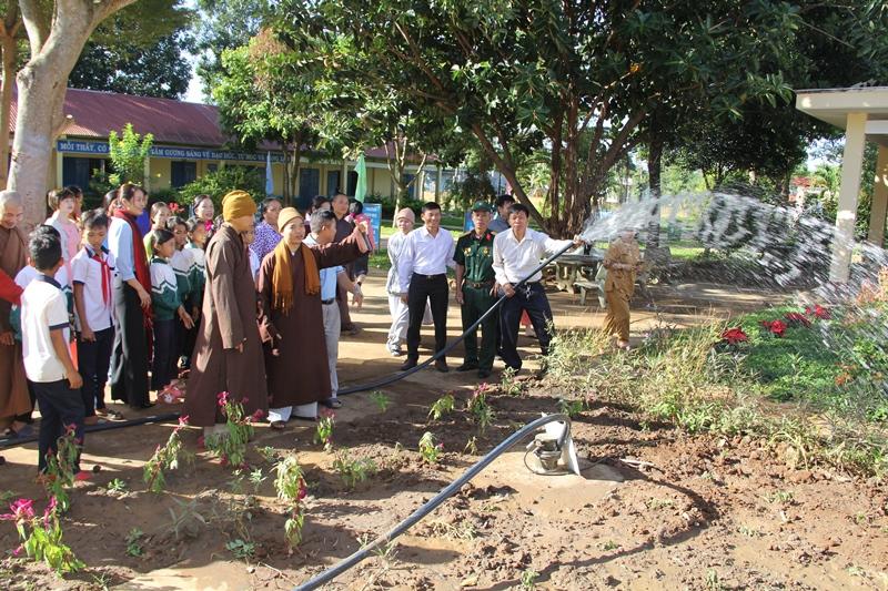 Tặng 2 giếng khoan cho 2 trường tiểu học thuộc thị trấn Ea Pok, huyện Cưmgar