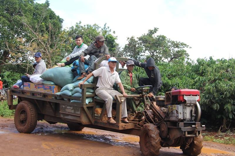 Trao tặng 200 phần quà tại buôn Mnút và buôn Lang, xã Easol, huyện EaHleo