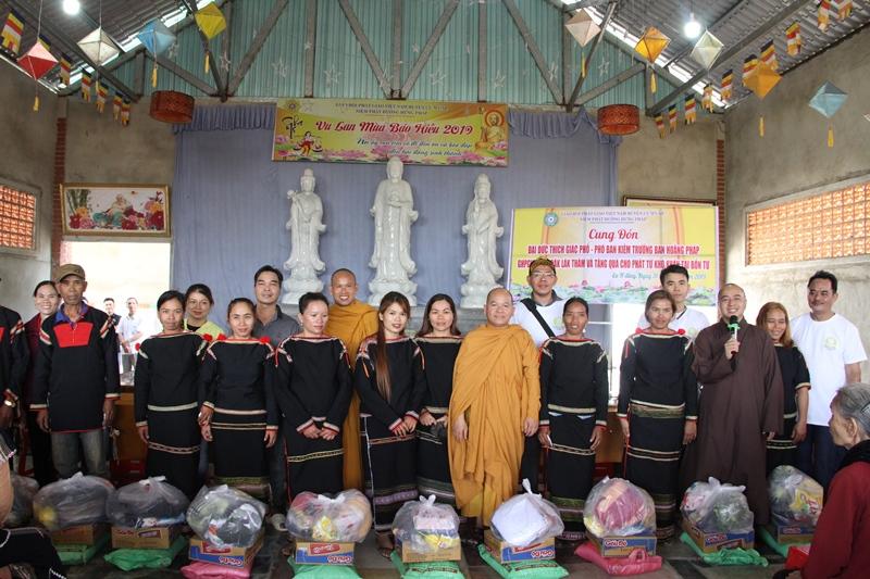 Trao 300 phần quà cho bà con tại NPĐ Hưng Pháp, xã Ea Hding, huyện Cưmgar.