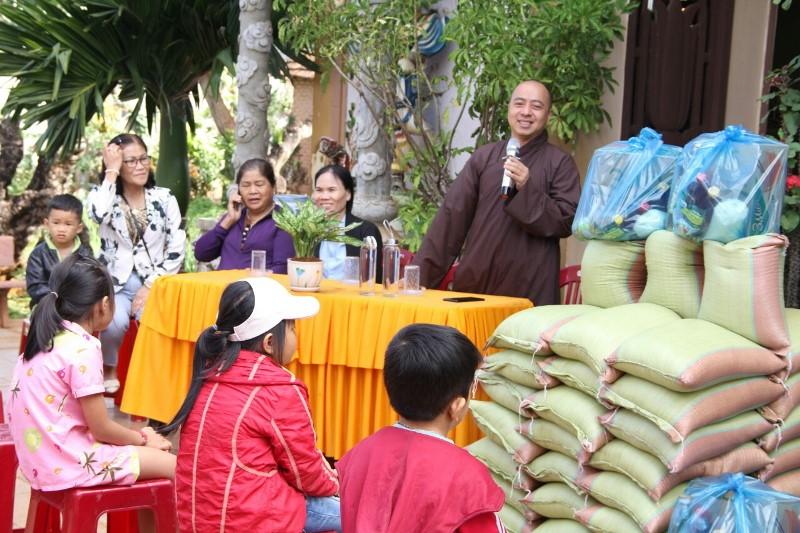 Trao 100 phần quà cho bà con tại chùa Hoa Nghiêm, huyện CưMgar