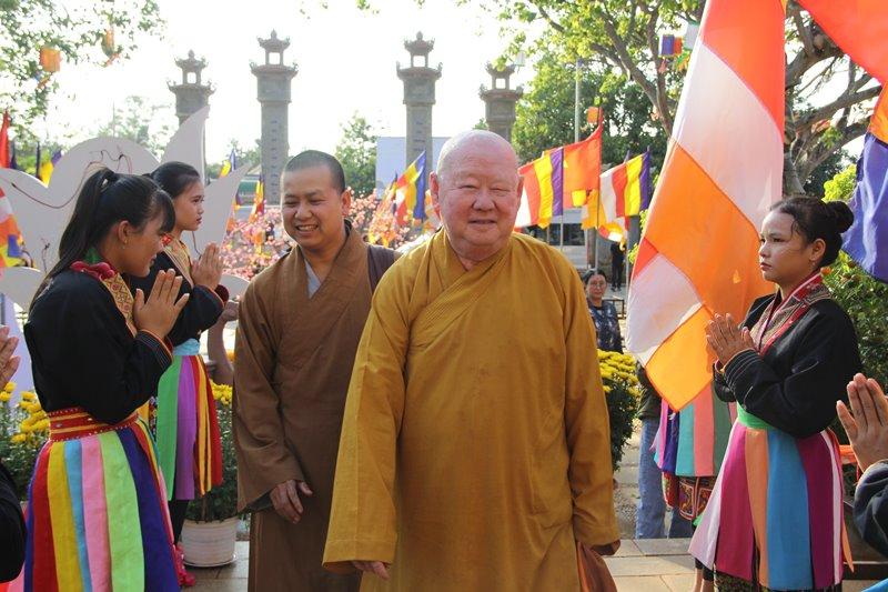 Thượng Tọa Thích Duy Trấn cùng đoàn gặp mặt, chúc xuân tại chùa Hoa nghiêm