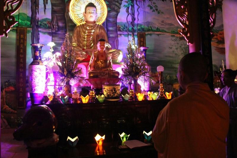Đêm hoa đăng kỷ niệm Phật thành đạo tại chùa Hồng Phước, Tp. BMT
