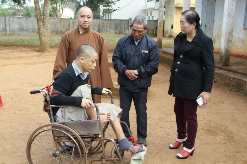 Tặng quà, khám phát thuốc cho 200 hộ nghèo thuộc xã Ea Tul, huyện CưMgar.