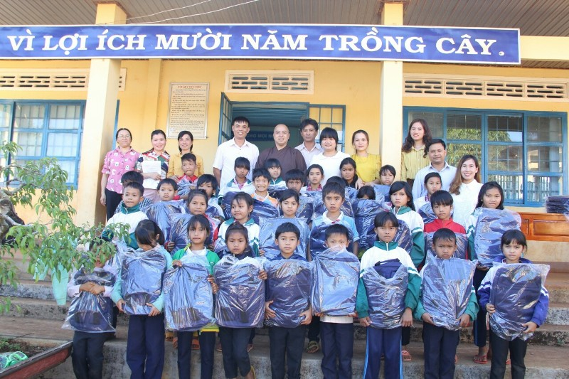 Tặng 43 phần quà và 100 balô cho các em học sinh tại huyện CưMgar