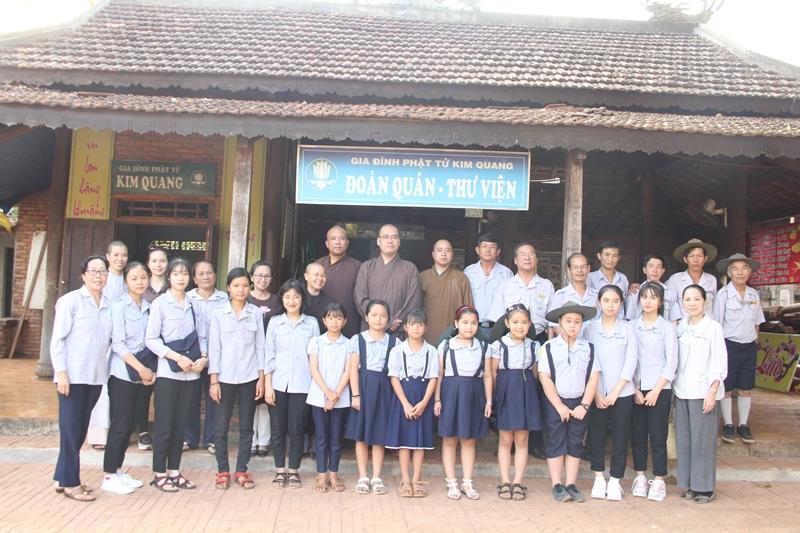 Ban hướng dẫn Phật tử tỉnh trao học bổng cho các em đoàn sinh GĐPT nghèo hiếu học