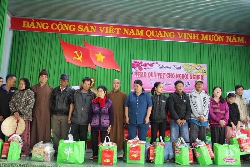 Trao quà Tết cho người dân nghèo tại huyện CưMgar