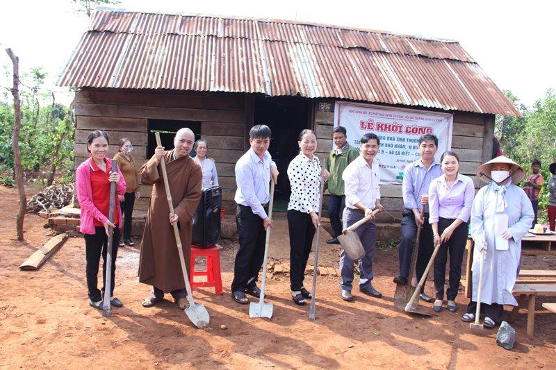 Khởi công xây dựng nhà tình thương tại buôn Ja Wằm B, xã Ea Kiết, CưMgar.