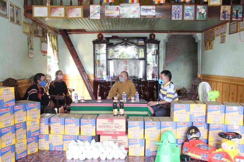 Những món quà nghĩa tình gửi tặng Phật tử Êđê mùa CoVid-19