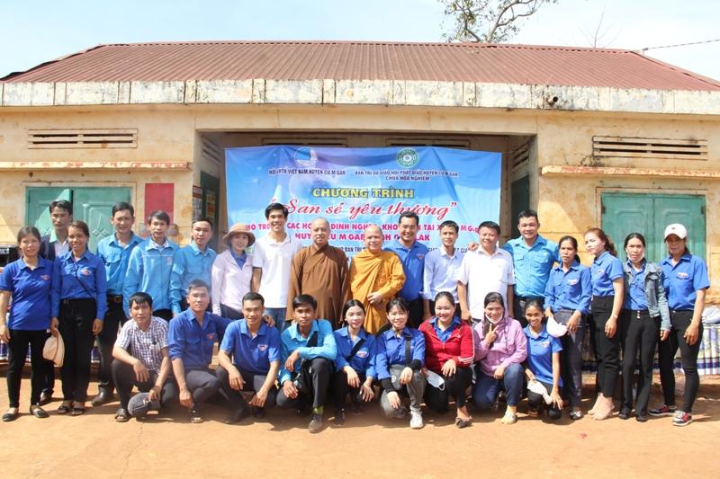"""Chương trình """"San Sẻ Yêu Thương"""" tại buôn Dhung, xã CưMgar, huyện CưMgar"""