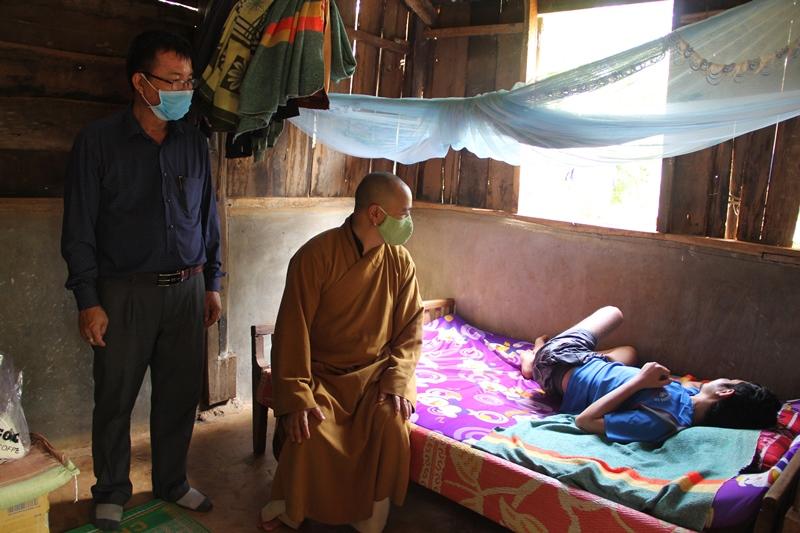 Trao quà đến gia đình có hoàn cảnh bệnh tật, ốm đau, nghèo khó tại huyện CưMgar