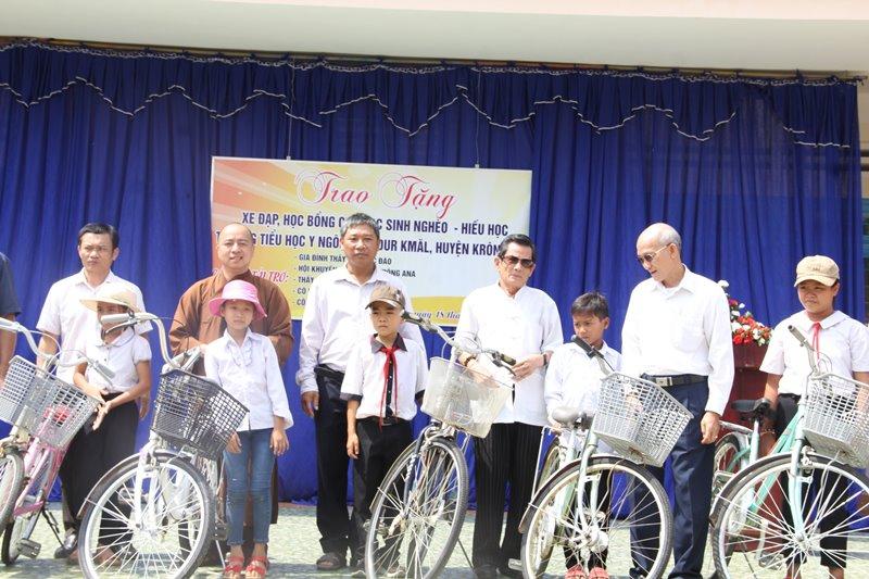 Krông Ana: Trao xe đạp, học bổng cho các em tại trường tiểu học Y Ngông
